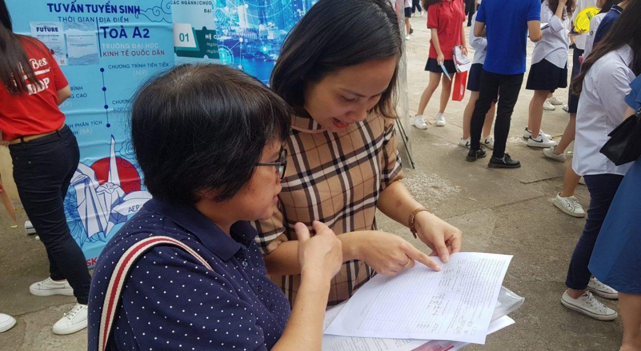 Cán bộ Viện Đào tạo Quốc tế tư vấn tuyển sinh cho phụ huynh học sinh tại THPT Việt Đức