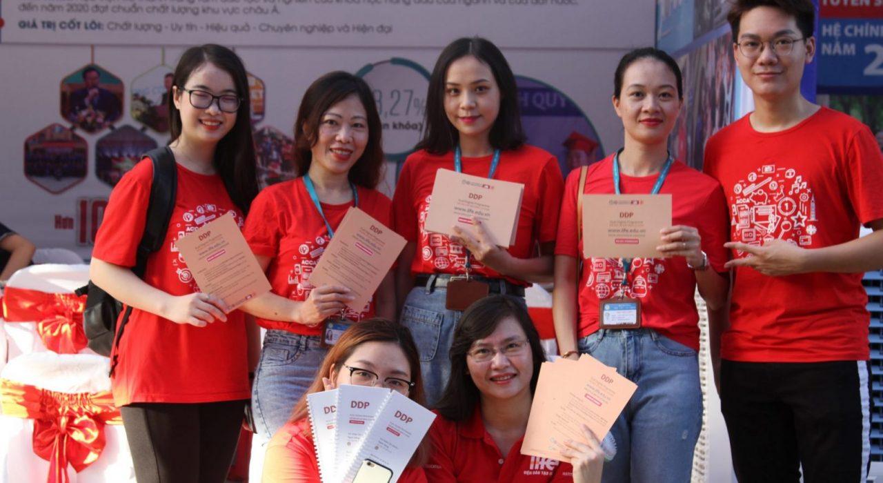 Tập thể cán bộ Viện Đào tạo Quốc tế tham gia ngày hội tư vấn tuyển sinh Open day tại trường Đại học Bách khoa